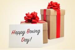 Подарки и шильдик с днем рождественских подарков текста счастливым Стоковые Изображения