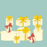 Подарки коробки предпосылка кладет подарки в коробку изолировала белизну Стоковое Изображение