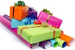 Подарки на бумагах цвета стоковые изображения rf