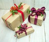 Подарки на деревянной предпосылке Стоковое Изображение RF