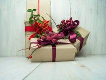Подарки на деревянной предпосылке Стоковые Фотографии RF