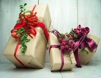 Подарки на деревянной предпосылке Стоковые Изображения RF