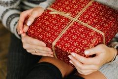 Подарки на Новый Год в руках праздника семьи стоковые изображения