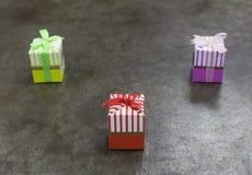Подарки на предпосылке металла стоковые фото