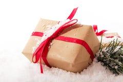 Подарки на рождество в коричневой бумаге с красной лентой Стоковые Фото
