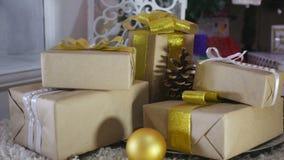 Подарки на рождество и орнаменты на деревянной предпосылке Стоковое фото RF