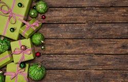 Подарки на рождество красного цвета и яблока ые-зелен с проверенной лентой дальше Стоковое Изображение