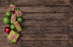 Подарки на рождество красного цвета и яблока ые-зелен с проверенной лентой дальше Стоковое фото RF