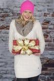 Подарки на рождество нося молодой женщины стоковые изображения