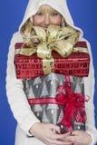 Подарки на рождество нося молодой женщины стоковое изображение rf