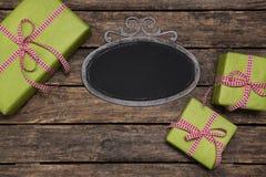 Подарки на рождество обернутые в зеленой книге при красная проверенная белизна стоковые изображения rf