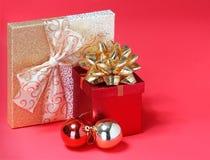 Подарки на рождество. Подарочные коробки с смычком золота Стоковое Изображение