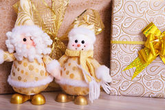 Подарки на рождество под елью на поле снеговик santa Стоковые Изображения RF