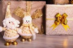 Подарки на рождество под елью на поле снеговик santa Стоковая Фотография RF