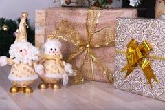 Подарки на рождество под елью на поле снеговик santa Стоковые Фотографии RF