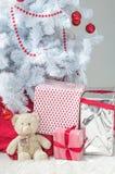 Подарки на рождество с плюшевым медвежонком Стоковые Изображения RF