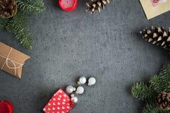 Подарки на рождество, украшение, открытка, ель, конус, свечи и игрушки рождества на серой предпосылке Стоковая Фотография