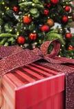 Подарки на рождество штабелированные вверх под рождественской елкой Стоковые Фото