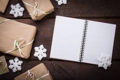Подарки на таблице стоковые изображения rf