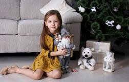 Подарки Нового Года маленькой девочки Стоковая Фотография