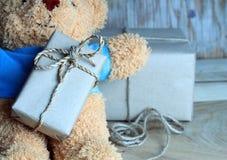 Подарки Нового Года обернутые в бумаге и игрушке kraft носят Стоковые Фото