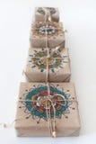 Подарки обернутые в бумаге kraft Упаковывая мандала орнамента Стоковая Фотография RF