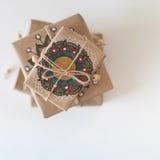 Подарки обернутые в бумаге kraft Упаковывая мандала орнамента Стоковые Изображения RF