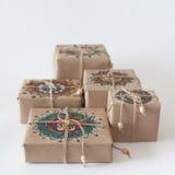 Подарки обернутые в бумаге kraft Упаковывая мандала орнамента Стоковое Фото