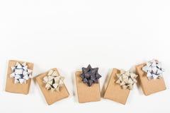 Подарки обернутые праздником с смычками Стоковые Фотографии RF