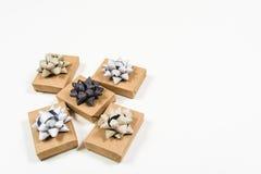 Подарки обернутые праздником с смычками Стоковые Изображения RF