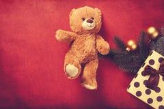 Подарки плюшевого медвежонка и рождества Стоковая Фотография