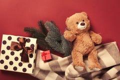 Подарки плюшевого медвежонка и рождества Стоковое Изображение