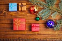 Подарки рождества, ветвь ели и игрушки рождества Стоковое Изображение