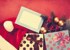 Подарки рождества и рамка фото Стоковые Изображения
