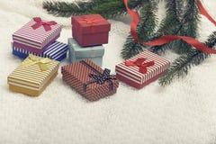 Подарки рождества на белой шотландке Стоковые Изображения RF