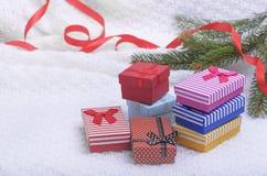Подарки рождества на белой шотландке Стоковые Изображения