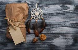 Подарки рождества на деревянной предпосылке стоковые фото