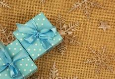 Подарки рождества на интересной предпосылке Стоковые Изображения