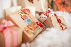 Подарки рождества приближают к дереву Стоковые Изображения RF