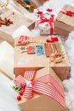 Подарки рождества приближают к дереву Стоковые Фотографии RF
