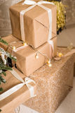 Подарки рождества упакованные в бумаге craftool Чувство торжества Стоковая Фотография RF