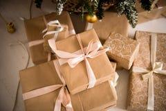 Подарки рождества упакованные в бумаге craftool Чувство торжества Стоковое Изображение