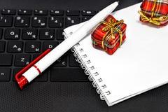 Подарки, ручка и блокнот рождества стоковое изображение
