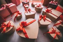 Подарки связанные с лентой и красным сердцем связанный вектор Валентайн иллюстрации s 2 сердец дня Стоковые Изображения