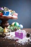 Подарки с украшением рождества на деревянном торте стоят Стоковое фото RF