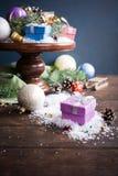 Подарки с украшением рождества на деревянном торте стоят Стоковые Фото