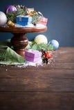 Подарки с украшением рождества на деревянном торте стоят Стоковая Фотография