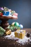 Подарки с украшением рождества на деревянном торте стоят Стоковое Изображение RF