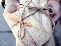 Подарки упаковали с старыми винтажными коричневой бумагой и веревочкой Стоковые Изображения