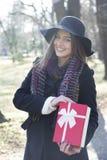 подарок вручает их детенышей женщины Стоковая Фотография